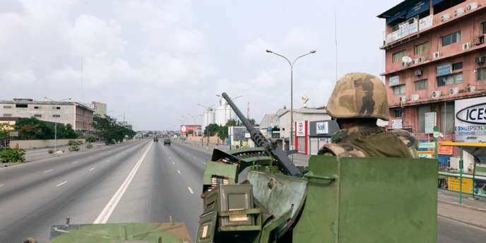 French soldiers patrol in Abidjan April 9, 2011. Residents of Abidjan headed out of Ivory Coast's main city by foot or ramshackle bus on Saturday, seeking safety, medicine or simply something to eat. REUTERS/Luc Gnago  (IVORY COAST - Tags: POLITICS CIVIL UNREST)